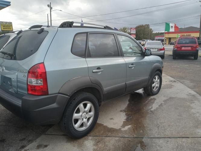 2005 green Hyundai Tucson GLS 2.7 2WD (KM8JN12D65U) with an 2.6L V6 DOHC 24V engine, 4-Speed Automatic Overdrive transmission, located at 5005 Telephone Rd., Houston, TX, 77087, (713) 641-0980, 29.690666, -95.298683 - Photo #0